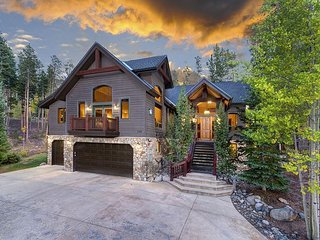 Mountain Views, Luxurious Amenities, Close to Town & Private Outdoor Hot Tub!