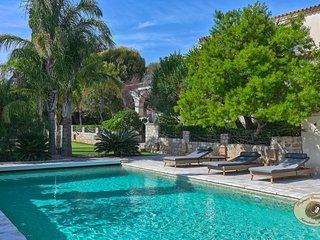 Propriete de caractere avec maison de Maitre, piscine chauffee et green de golf