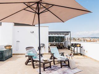Apartment 200m beach & train with private solarium and pool