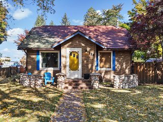 Charming dog-friendly cottage with everything you need within walking distance!