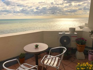 Seafront balcony, beautiful relaxing spacious flat