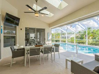 Upscale modern Crown Pointe lake view pool home (w/2 king bedrooms) minutes to d