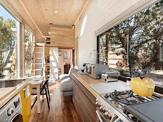 Cozy, Modern Tiny Home, 25 Min. To Skiing, 3 Min. to Shops and Restaurants!