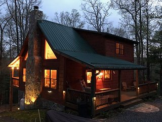 Bearadise - Upscale Log Cabin with 3 Kings, Pool Table, WiFi, Woodburning FP!