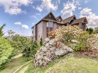 Rustic condo on Sugar Mountain w/large private deck + ski slope access