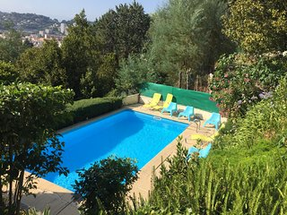 Merveilleuse villa dominante située dans les hauteurs de Vallauris.