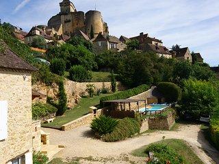 LA BOURGARDE regne le calme, vue imprenable du chateau, de la vallee et collines