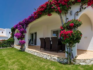 Luxury 4 bedroom villa with air con, wifi and stunning sea views