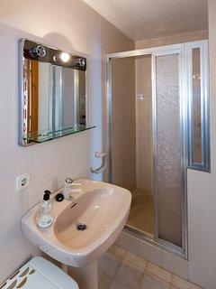 Cuarto de baño de invitados. Guest bathroom. Gästebadezimmer.