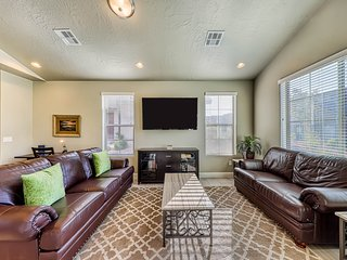 Dog-friendly family home w/ shared pool, furnished patio & full kitchen!