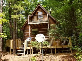 CUPID'S COVE Romantic Log Cabin Getaway