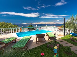 Spacious home with swimming pool and sea view !