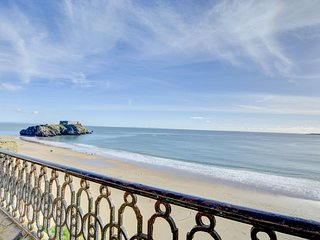 Bright, spacious apartment in Tenby, looking out onto Castle Beach