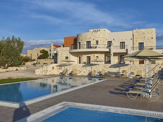 New beautiful complex with villa's and app., big pool, sea views, SW crete