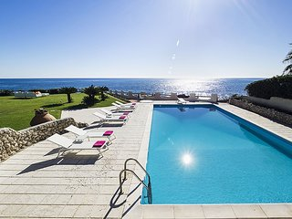 Exclusive villa with private swimming pool that enjoys a splendid seafront view