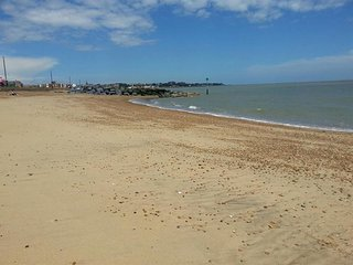 Modernly furnished holiday home with balcony, near Felixstowe beach