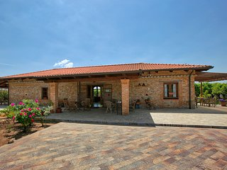 Farmhouse between orange trees with large garden, 5 km from the beach and sea