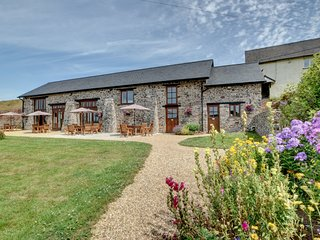 Rural barn in natural stone, offering stunning views and a Jacuzzi, located in T