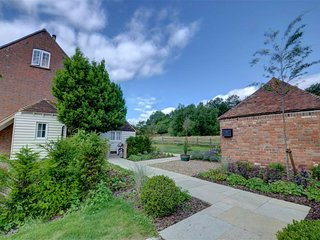 Gorgeous holiday home overlooking the spacious county of Weald of Kent