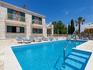 Child-friendly villa with private swimming pool and sea view in Sumartin, Brac i