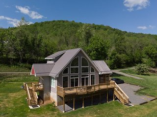 Black Bear - Riverfront Luxury Cabin