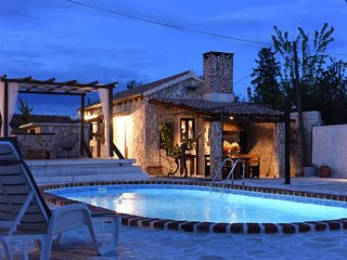 Charming holiday home with private pool, lovely terrace, BBQ, nice guesthouse