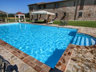 Robust old farmhouse for 4 persons amidst the Umbrian hills