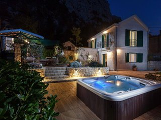 Luxurious Holiday Home in Makarska with Jacuzzi