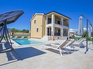 Stunning Villa in Montižana with Jacuzzi