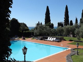 Semi-detached villa dipped in a wide private park, big pool, on the Garda Lake