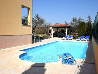 Comfortable apartment ina quiet location, with a shared swimming pool, near Pula