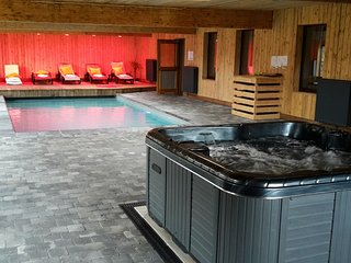 Former hotel with swimming pool, jacuzzi and sauna for family groups
