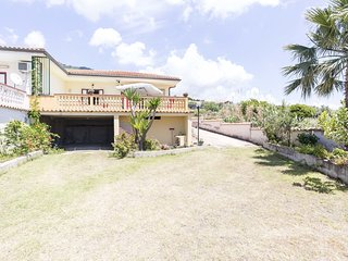 Semi-detached villa with garden, terrace with sea view, only 30 m from the sea.