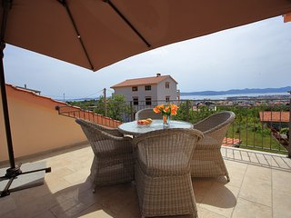 Newly built holiday home in a quiet area, 2 spacious sea view terraces, parking