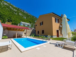 Adorable holiday home with private pool and great covered terrace!