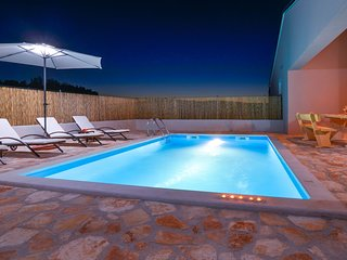 Wonderful holiday home with private pool and covered terrace !