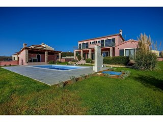 Gorgeous villa with private swimming pool and covered terrace !