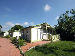 Cozy detached chalet with covered terrace 2 km. from the sea