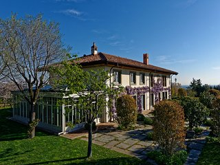 Beautiful villa in the hills of Bologna, with large garden and swimming pool.