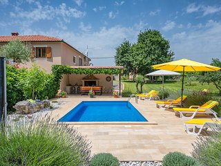 Nicely decorated villa with pool for 8 people in the heart of Istria