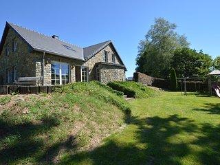 Pretty villa in a quiet area, beautiful garden, very close to Robertville lake