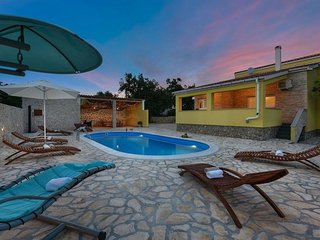 Beautiful holiday home with private pool, nice guesthouse, lovely roofed terrace