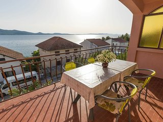 Lovely 8 person apartment 200m from the beach, 2 nice terraces with sea view