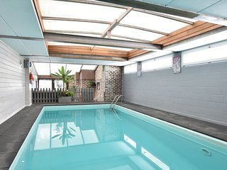 Beautiful house, well decorated with indoor pool, jacuzzi and a terrace!