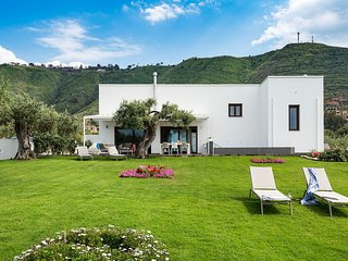 Elegant house in Cefalù, only 100m from the sea with stunning views and garden!