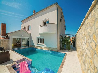 Spacious Villa in Maslenica with Swimming Pool