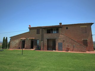 Traditional Farmhouse in Asciano with a Swimming Pool