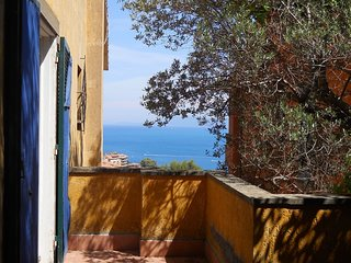 Large apartment with sea views in a spacious garden with a shared pool