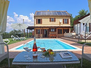 Villa with private swimming pool and Jacuzzi in hilly surroundings, half an hour