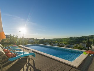 Comfortable villa with stunning views, swimming pool, jacuzzi, sauna in wine reg